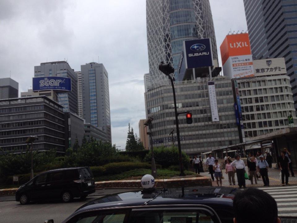 雨上がり、新宿駅西口駅前の様子
