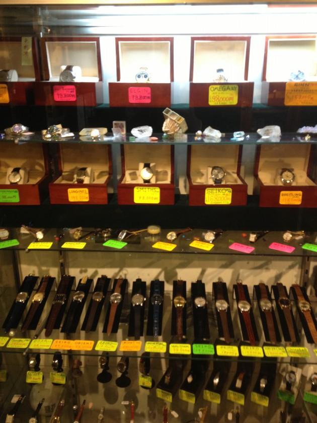 横浜・白楽のアンティーク時計専門店ファイアー・キッズの商品販売ブース1カット目。