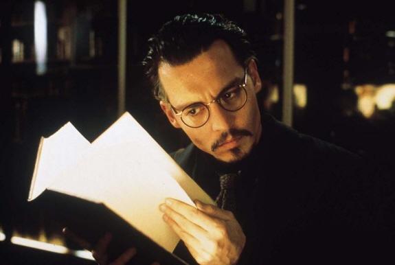 ジョニー・デップ、レナ・オリン出演、ロマン・ポランスキー監督のサスペンス映画『ナインスゲート』の一コマ