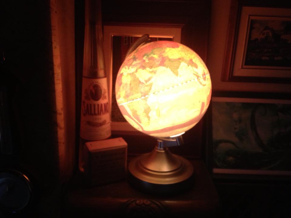 リサイクルショップで入手した地球儀のライト(500円)。