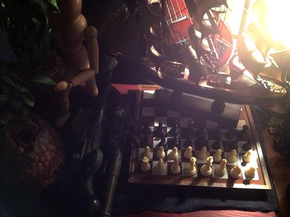 チェスボードと駒を帆船模型の展示台としてディスプレイ。