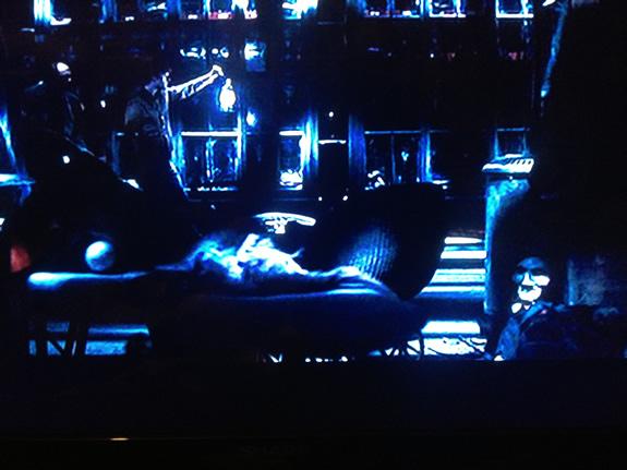 ソウ(SAW)のあの人形がいる!映画『デッド・サイレンス』のワンシーン。