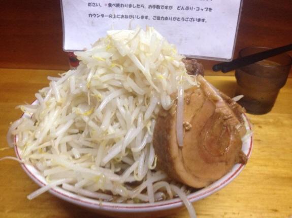 『豚親分』のラーメン中(650円)ニンニク抜き・野菜マシマシ。麺200グラムでお腹いっぱい