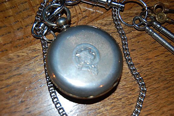 1900年製のJ.W.BENSON(J.W.ベンソン)英国製・鍵巻き式懐中時計の裏蓋。
