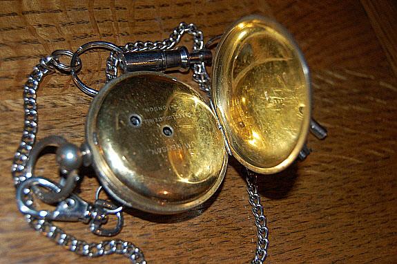 1900年製のJ.W.BENSON(J.W.ベンソン)英国製・鍵巻き式懐中時計の裏蓋をあけたカット。