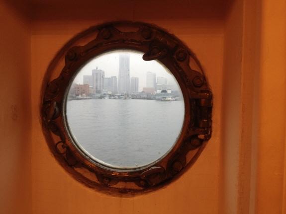 氷川丸の船室にある窓からみ覗いたなとみらい