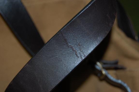 レザーの肩ベルトにヒビ!バッグのエイジング・色落ち記録1:FILSON(フィルソン)のリュックサック