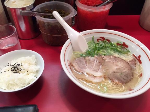 『やまちゃん 銀座店』の長浜ラーメン:ランチタイムは替え玉か小ライス無料!